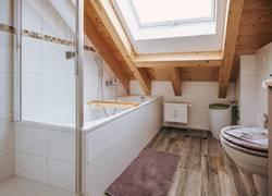 Badezimmer mit großes Fenster