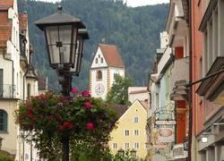 Füssener Altstadt mit Blick auf das Hohe Schloss