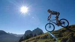 Mountainbike-Tour am Breitenberg bei strahlend blauem Himmel