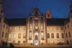 Der beeindruckende Klosterhof des ehemaligen Benediktinerklosters Sankt Mang in Füssen.