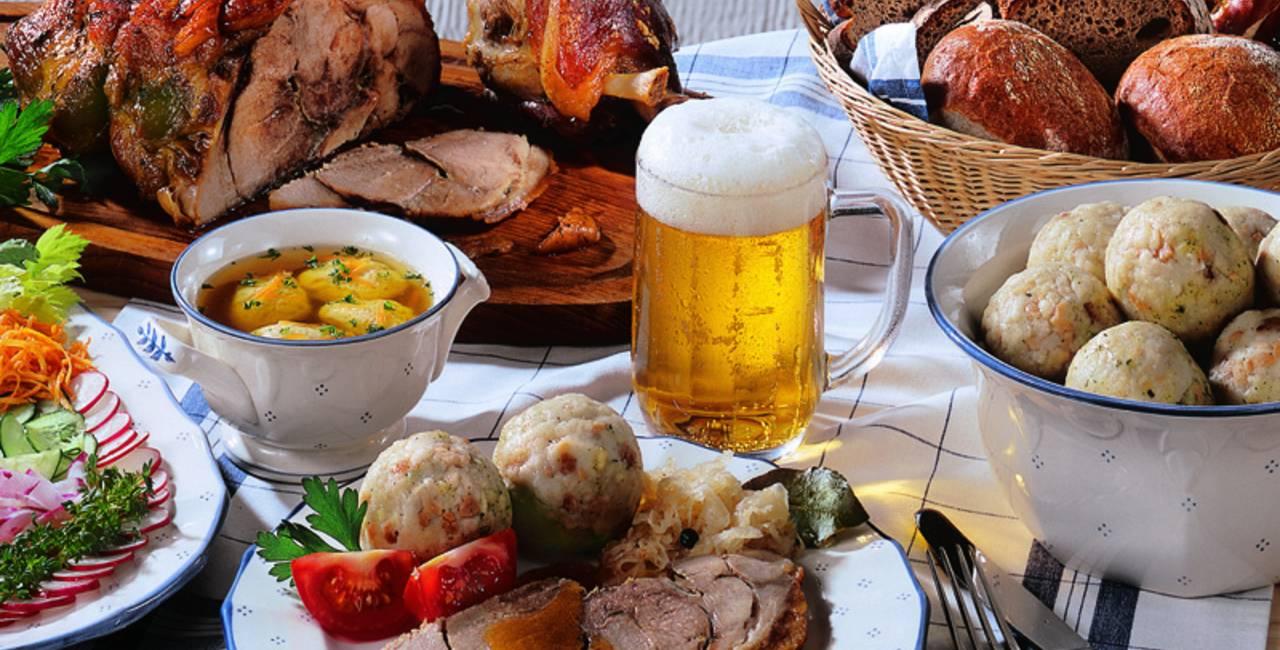 Bummeln Sie gemütlich durch die historische Füssner Altstadt und kehren Sie in eine gemütliche Gaststätte ein und probieren Sie regionale Allgäuer Speisen wie den Schweinebraten.