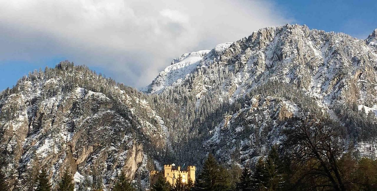 Schloss Hohenschwangau mit Bergen